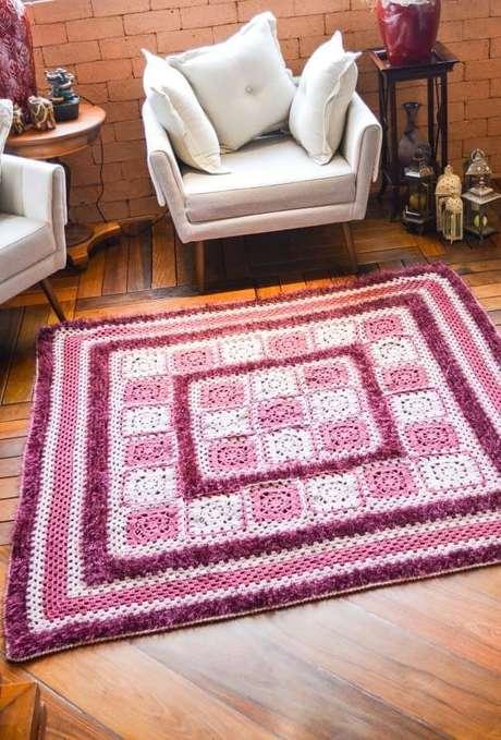 26. Tapete de crochê quadrado para sala rosa e roxo – Por: Ideias Decor