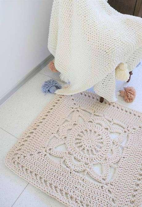 25. Tapete de crochê quadrado com flor – Por: Ideias Decor