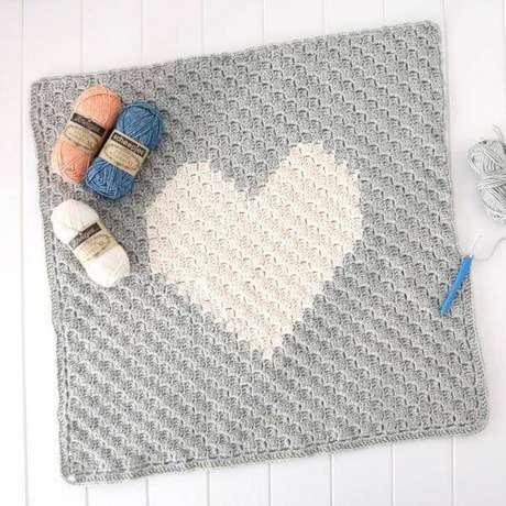 32. Tapete de crochê quadrado para cozinha com formato de coração – Por: Red Agape