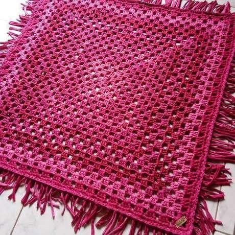 6. Tapete de crochê quadrado com cores vibrantes e lindos – Por: Rachel Corujinha