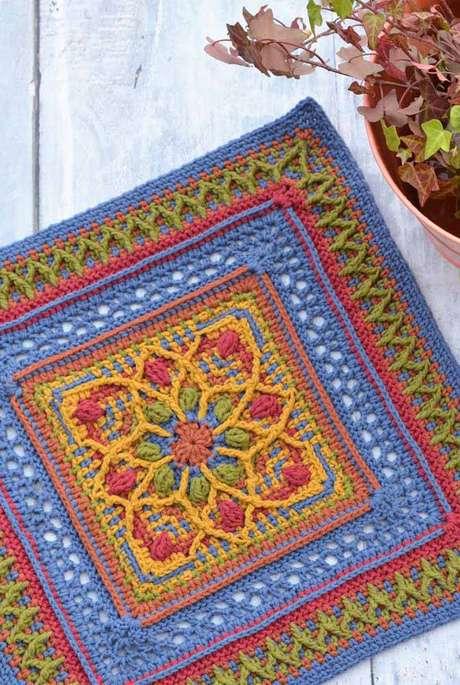 38. Use o tapete de crochê colorido para alegrar a sua sala – Por: Decor Facil