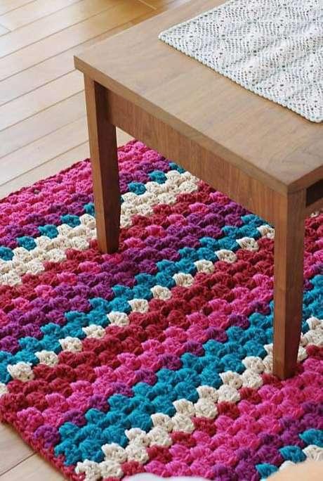 42. O tapete de crochê quadrado para sala colorido é alegre e faz toda diferença no ambiente – Por: Ideias Decor