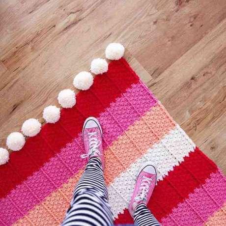 45. Tapete de crochê quadrado vermelho e rosa – Por: Red Ágape