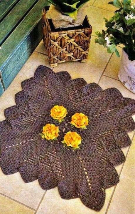 47. Tapete quadrado de crochê com flor amarela – Por: Pinterest