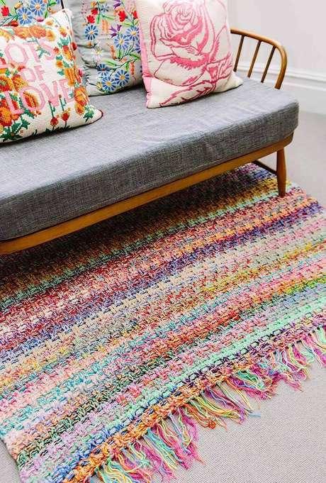 2. Tapete de crochê simples quadrado e colorido – Por: Ideias Décor