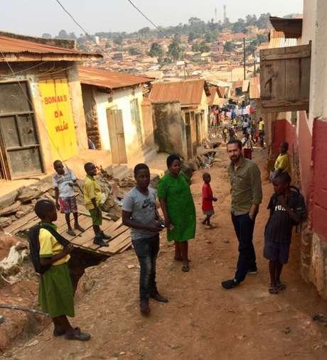 Daniel, Prudence e Jamie na favela em Campala onde ela trabalha; a enfermeira convenceu muitas pessoas próximas a investir suas economias na OneCoin, e o dinheiro foi perdido