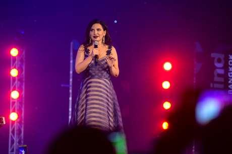Ruja apresentava os eventos vestindo roupa de gala