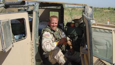 Dan Nevins no Iraque, em 2004, antes da explosão que levou à amputação de suas pernas
