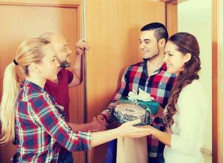 3. Conte com a ajuda de seus amigos para preparar as festas de final de ano em casa – Foto: Shutterstock