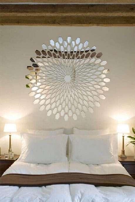 9. O modelo bisotado de espelho para quarto é garantia de um ambiente com decoração moderna