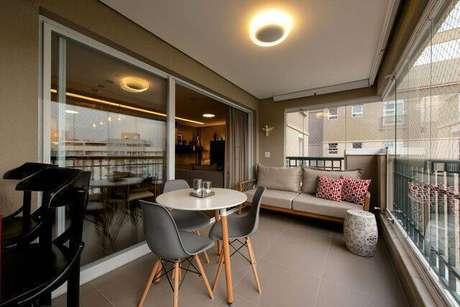 17. A cadeira eames cinza é uma opção sóbria. Projeto de 2M Arquitetura e Interiores
