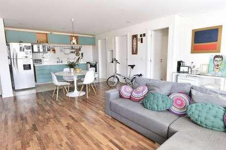 18. A cadeira eames é um modelo lindo para os mais variados tipos de casa. Projeto de Carla Cuono Arquitetura e Interiores