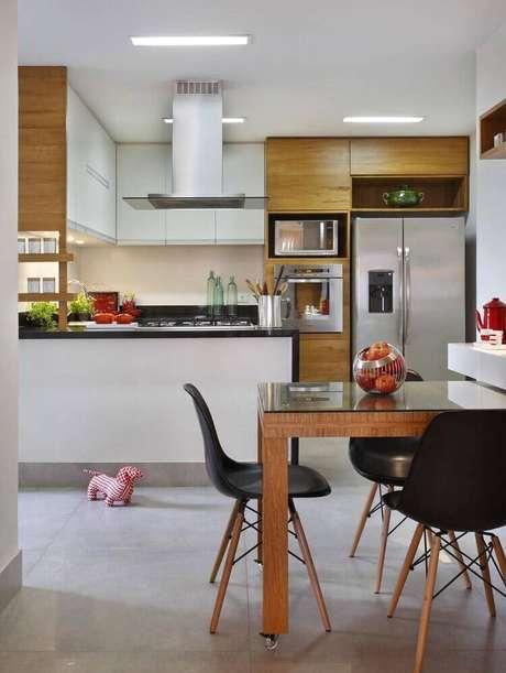7. A cadeira eames preta é muito moderna. Projeto de RBP Arquitetura e Interiores