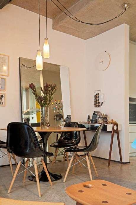 35. A cadeira eames preta pode ser o elemento que faltava em sua casa. Foto: Revista Viva Decora.