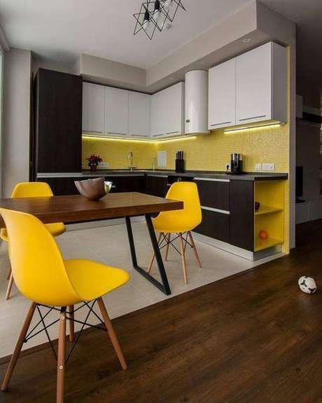 8. A cadeira eames amarela é muito chamativa. Foto: Revista Viva Decora.