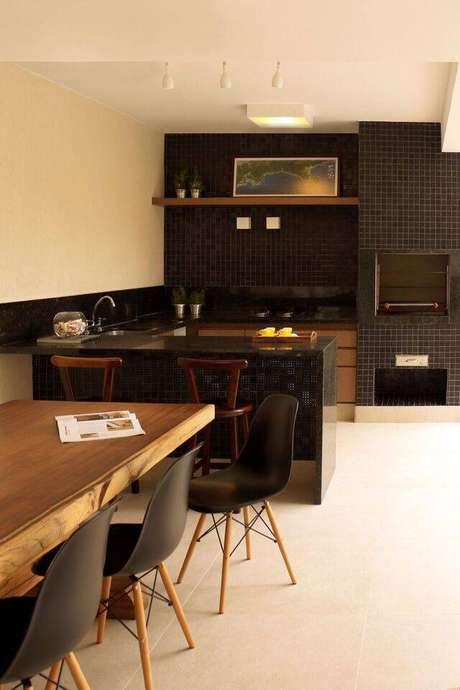 33. A cadeira eames garante sofisticação ao ambiente. Projeto de RAWI Arquitetura + Interiores