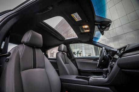 Teto solar e estofamento cinza, dois detalhes do Civic Touring.