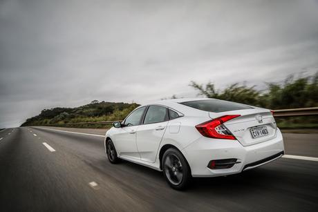 O Honda Civic da décima geração é um sedã-cupê.