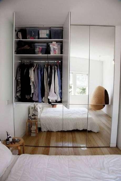 10. Decoração clean com espelho para quarto em guarda roupa