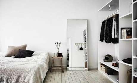 11. Utilizar o espelho para quarto apoiado na parede é tendência