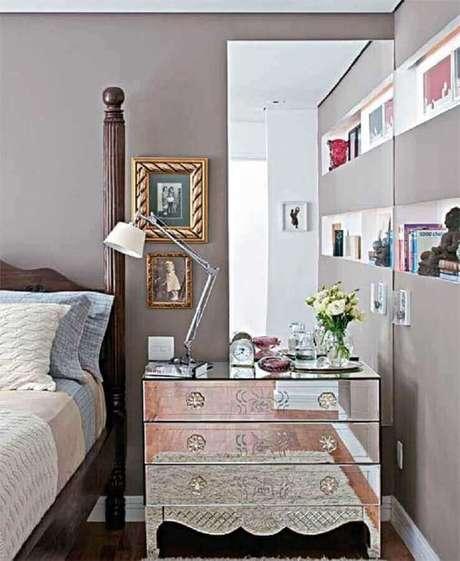 7. Móveis espelhados podem ajudar na composição de decoração com espelho para quarto