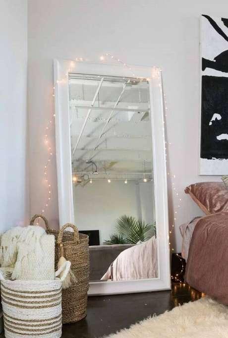 4. Para um estilo de decoração mais moderna, vale utilizar o espelho para quarto apenas apoiado no chão.