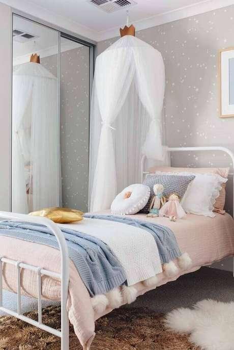 16. Decoração com espelho para quarto infantil de menina decorado com tons neutros e delicados