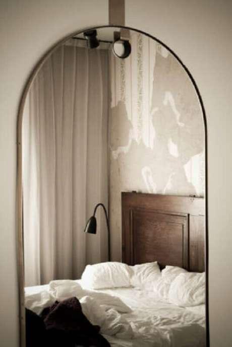 23. Alguns modelos de espelho para quarto possuem molduras bem delicadas