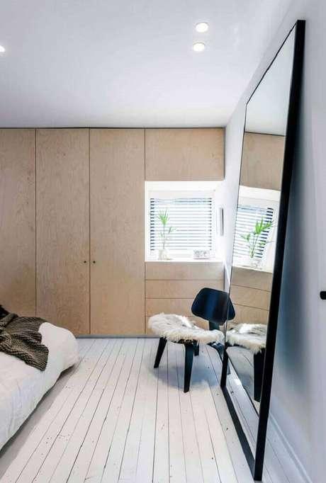 24. Para uma decoração moderna opte pelo espelho para quarto apoiado na parede
