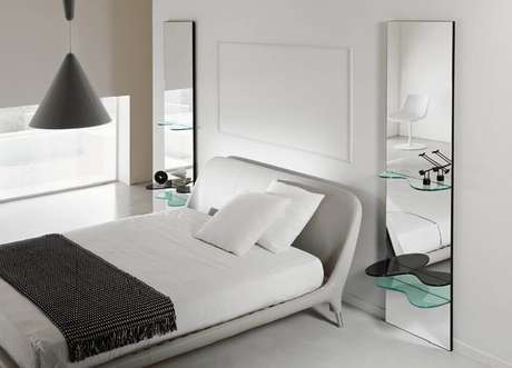 26. Quarto com decoração moderna e com espelho para quarto nas laterais da cama