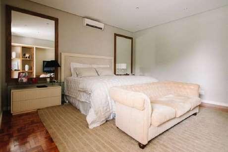 27. Decoração para quarto de casal com espelho para quarto instalados nas laterais da cama