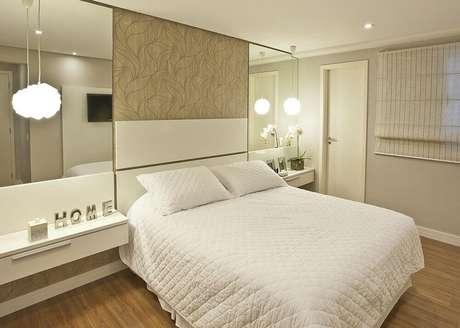 32. Decoração com espelho para quarto nas laterais da cama