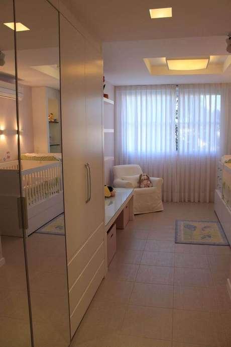 63. Existem muitos modelos de espelho para quarto. Projeto de Paula Muller