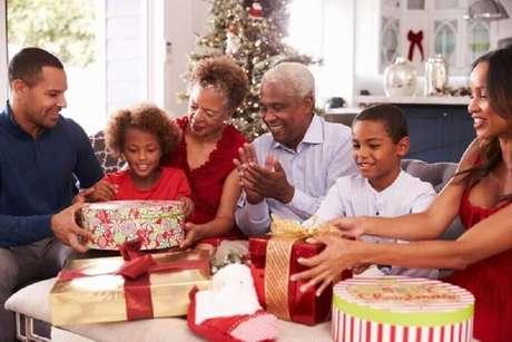 15. Não se esqueça da troca de presentes nas festas de final de ano – Foto: Shutterstock
