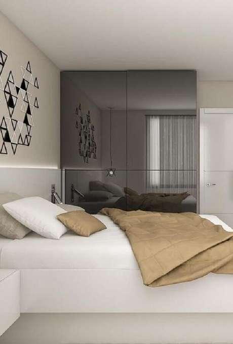 48. A parede com espelho para quarto trouxe sofisticação e amplitude para a decoração clean