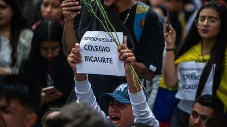 Colegas de Dilan, do Colégio Ricaurte, seguram cartazes com a hashtag #SomosTodosDilan