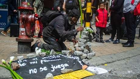 A esquina em que o jovem foi morto se tornou um memorial para ele