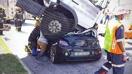 Caminhão que caiu sobre carro na África do Sul; motorista havia estacionado o veículo, mas ele desceu desgovernado por um morro
