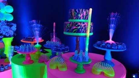 69. Festa neon com bolo dois andares. Fonte: Sabor e Festa