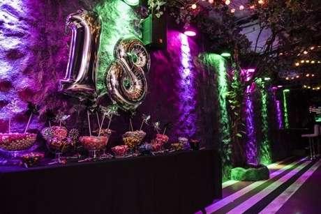 63. A festa neon é tema do aniversário de 18 anos. Fonte: Só Decor