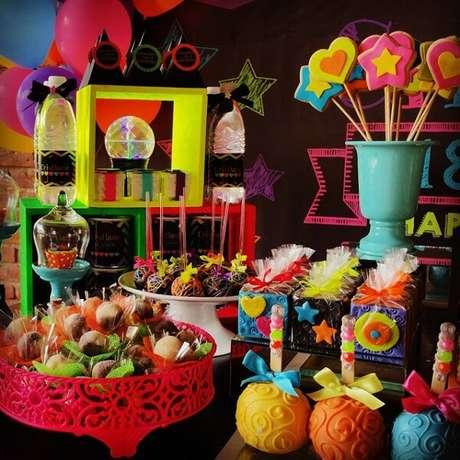 62. Espalhe guloseimas por toda a mesa da festa neon. Fonte: Pinterest