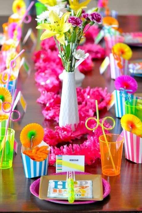 51. A Festa neon pode ser realizada com elementos simples. Foto: Pinterest