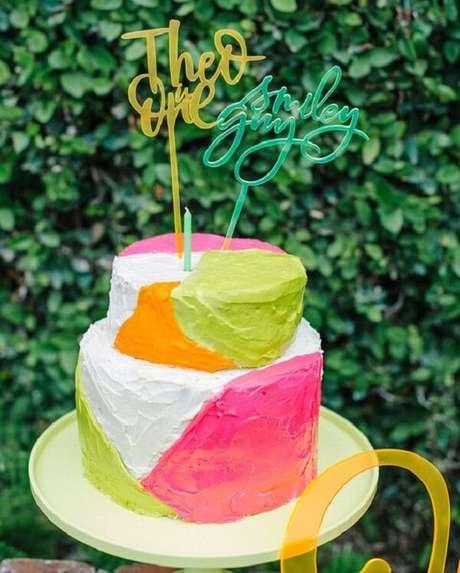 65. Invista em bolos criativos para a festa neon. Fonte: Pinterest
