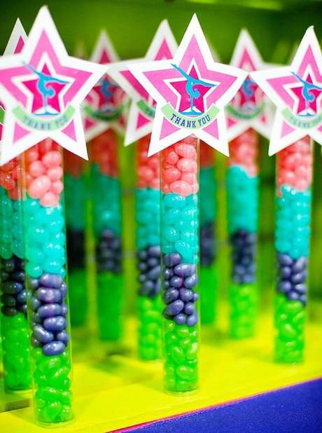 66. As lembrancinhas não podem faltar na festa neon. Fonte: Pinterest