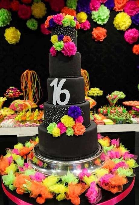 67. Bolo fake com flores coloridas para a festa neon. Fonte: Pinterest