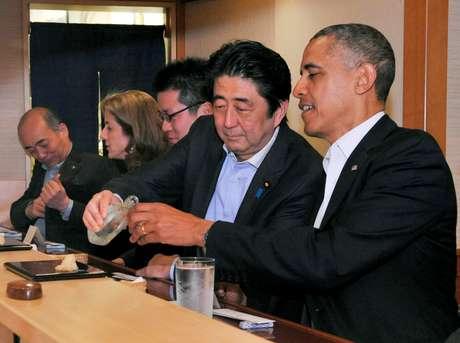 Então presidente dos EUA,Barack Obama, e premiê japonês, Shinzo Abe, jantam no restaurante Jiro, em Tóquio 23/04/2014 Gabinete de Relações Públicas do Japão/Divulgação via Reuters