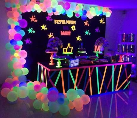 2. Decoração de festa neon com diversos balões. Fonte: Pinterest