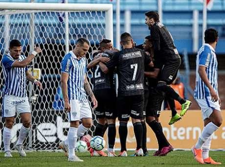 Última vitória fora de casa aconteceu contra o Avaí, em agosto (Foto: Pedro Martins/Azeite Royal)