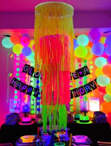 1. A decoração da festa neon é alegre e colorida. Fonte: Pinterest