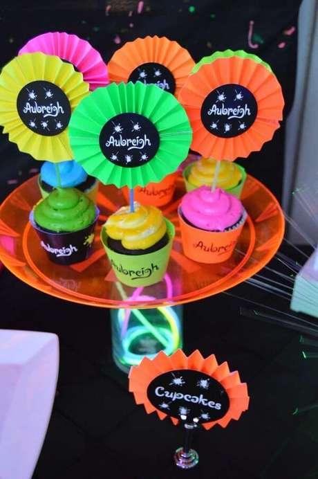 64. Docinhos decorados para a festa neon. Fonte: Pinterest
